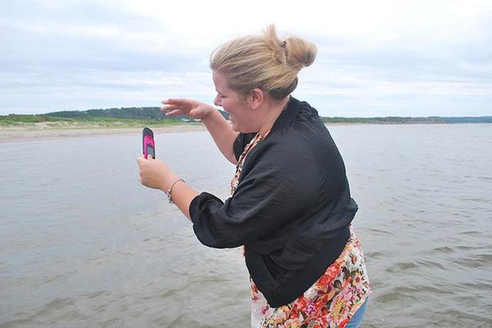 Afroo tappar sin mobil i havet