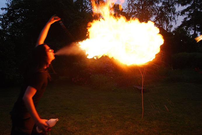 Hannes blåser eld