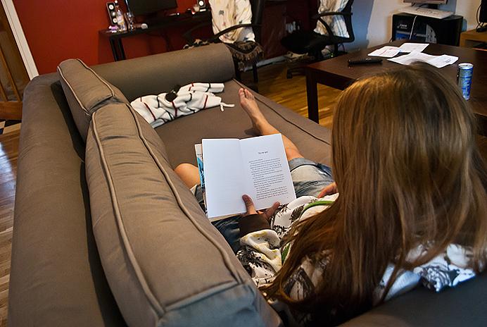Läser i soffan