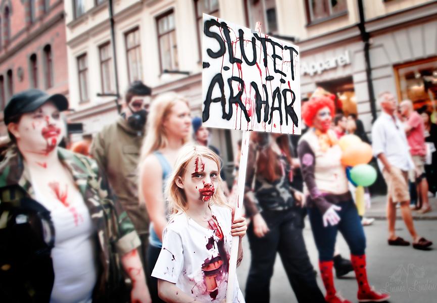 Zombie walk tjejen med skylt 2012