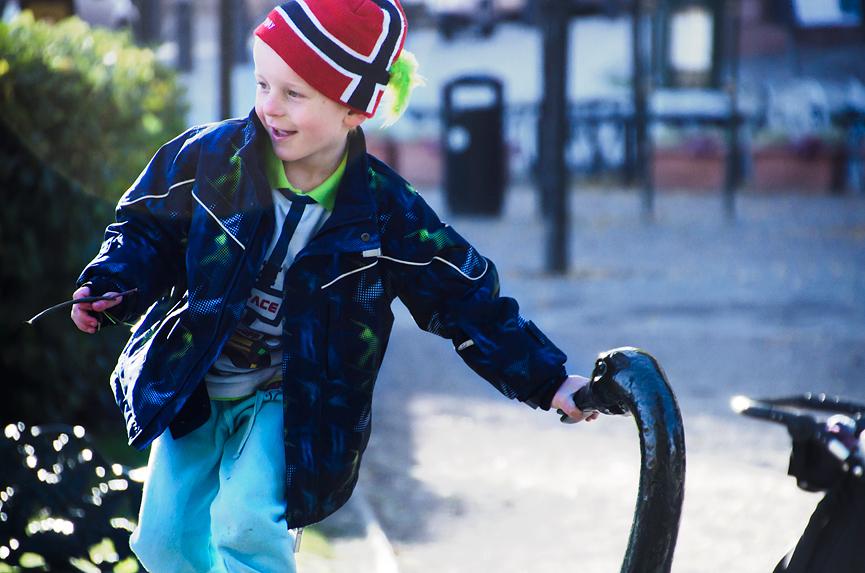 En liten gutt i Kungsträdgården